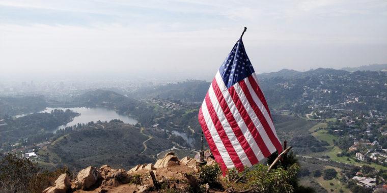 LA-HLW-hike-wisdom-tree-flag-c-w-bound